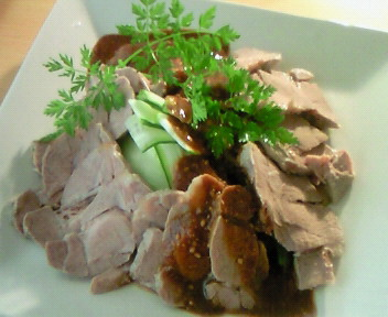 茹で豚ときゅうりの味噌ソースがけ。